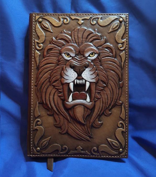 """Щоденник А5 формату в шкіряній обкладинці c художнім об'ємним тисненням ручної роботи """"Неприборкний лев"""""""