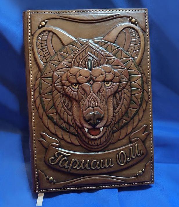 """Щоденник А5 формату іменний в шкіряній обкладинці з об'ємним тисненням ручної роботи """"Ведмідь"""""""