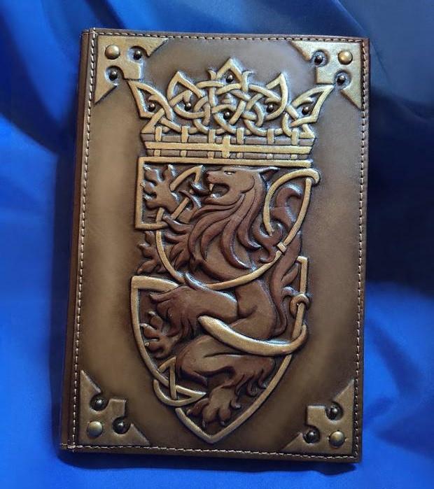 """Щоденник А5 формату в шкіряній обкладинці c художнім об'ємним тисненням ручної роботи """"Король лев"""""""
