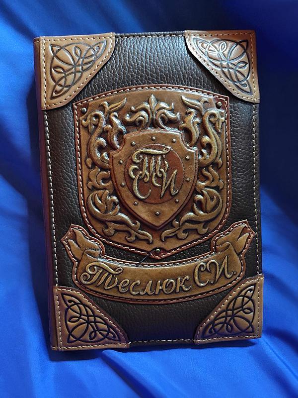 Щоденник А5 формату іменний в шкіряній обкладинці з об'ємними візерунками