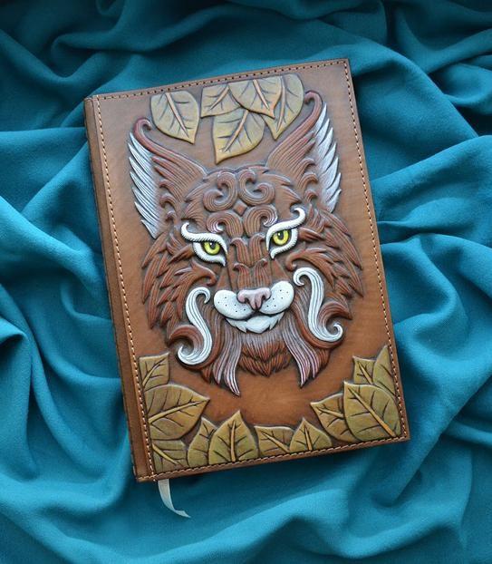"""Ежедневник А5 формата в кожаной обложке c художественным объемным тиснением ручной работы """"Зоркая рысь"""""""