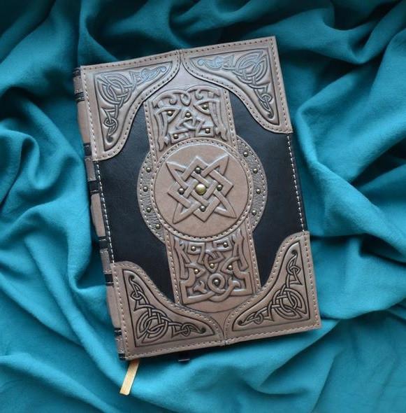 """Ежедневник А5 формата в кожаной обложке с художественным тиснением ручной работы """"Книга магии"""""""