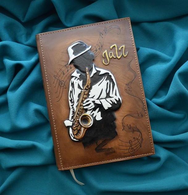 """Щоденник А5 формату в шкіряній обкладинці з об'ємним тисненням ручної роботи """"Джазмен"""""""