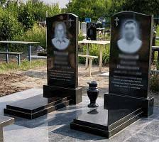 Два памятника с надгробными плитами 1