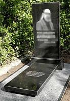 Памятник с надгробной плитой для мужчины  1