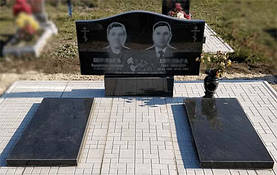 Двойной горизонтальный памятник с надгробными плитами 1