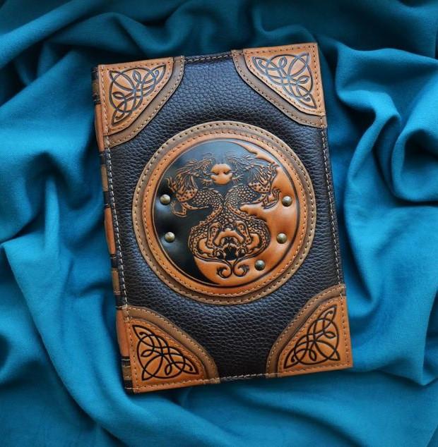 """Щоденник А5 формату в шкіряній обкладинці з об'ємним тисненням ручної роботи """"Дракони Інь-Ян"""""""