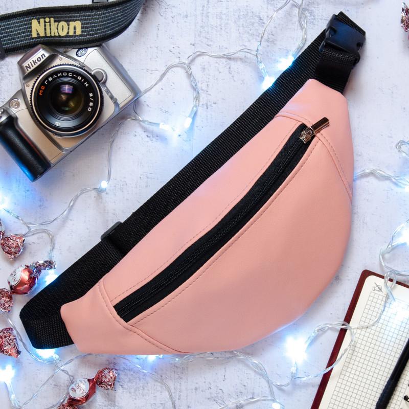Удобная женская поясная, наплечная сумка бананка на пояс, через плечо экокожа светло-розовая, пудра