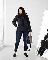 Женская демисезонная куртка на сезон весна - осень приталенного кроя с съемным капюшоном в черном цвете.