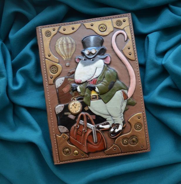 """Ежедневник А5 формата в кожаной обложке с объемным тиснением и росписью ручной работы """"Мистер Рэт"""""""