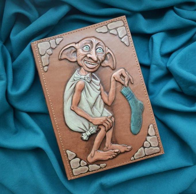 """Ежедневник А5 формата в кожаной обложке с объемным тиснением и росписью ручной работы """"Добби"""""""