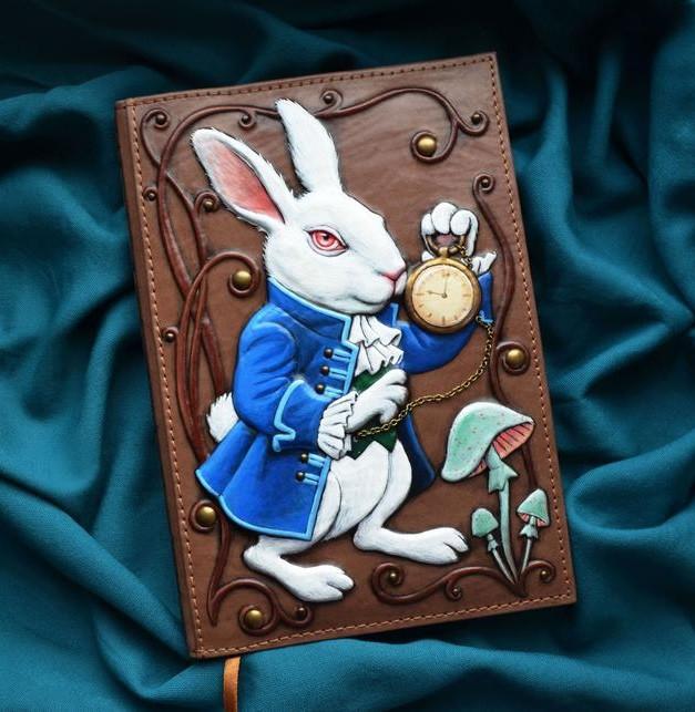"""Ежедневник А5 формата в кожаной обложке с объемным тиснением и росписью ручной работы """"Белый кролик"""""""