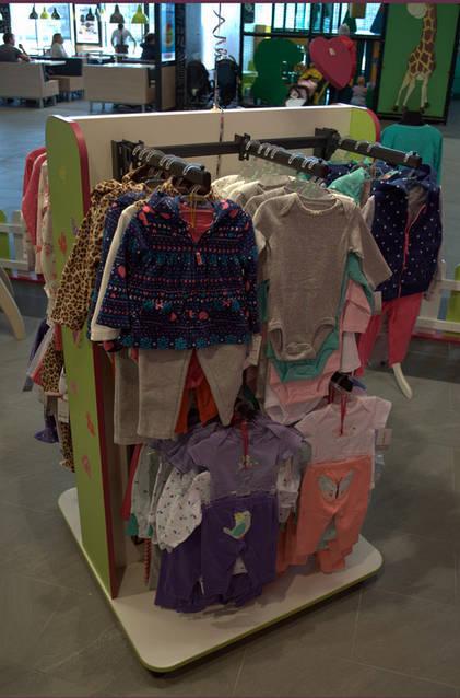Островные стеллажи для магазина детской одежды