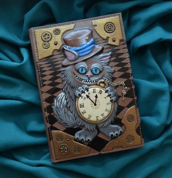 """Щоденник А5 формату в шкіряній обкладинці з об'ємним тисненням і розписом ручної роботи """"Чеширський кіт"""""""