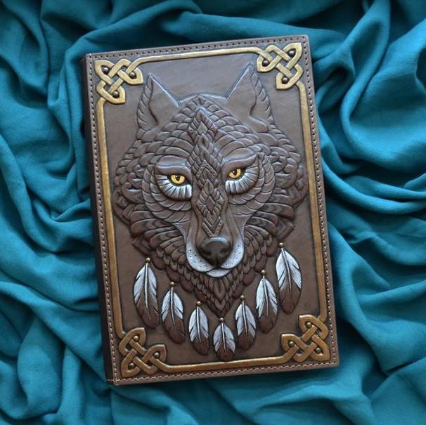 """Щоденник А5 формату в шкіряній обкладинці c художнім об'ємним тисненням ручної роботи """"Дух вовка"""""""