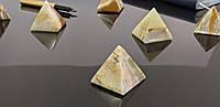 Піраміда з натурального каменю Онікс.