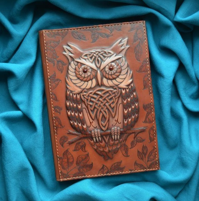 """Ежедневник А5 формата в кожаной обложке c художественным объемным тиснением ручной работы """"Мудрая сова"""""""