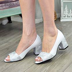 Туфли кожаные с открытым носком, на невысоком устойчивом каблуке. Цвет белый