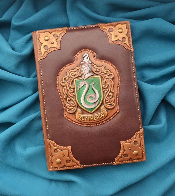 """Щоденник А5 формату в обкладинці з натуральної шкіри з об'ємними візерунками та металевою закладкою """"Slytherin"""""""