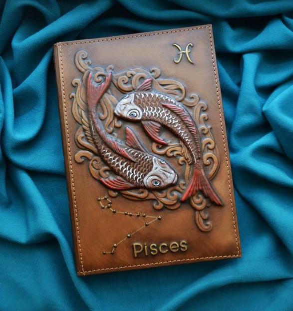 """Щоденник А5 формату в шкіряній обкладинці c художнім об'ємним тисненням ручної роботи """"Риби"""""""