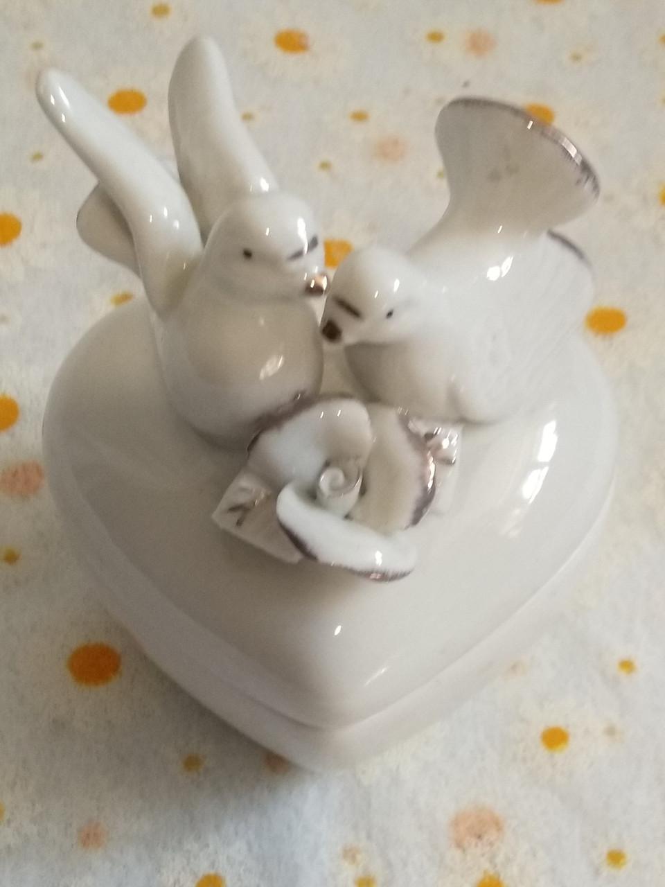 Шкатулка  голуби на серці  фарфор