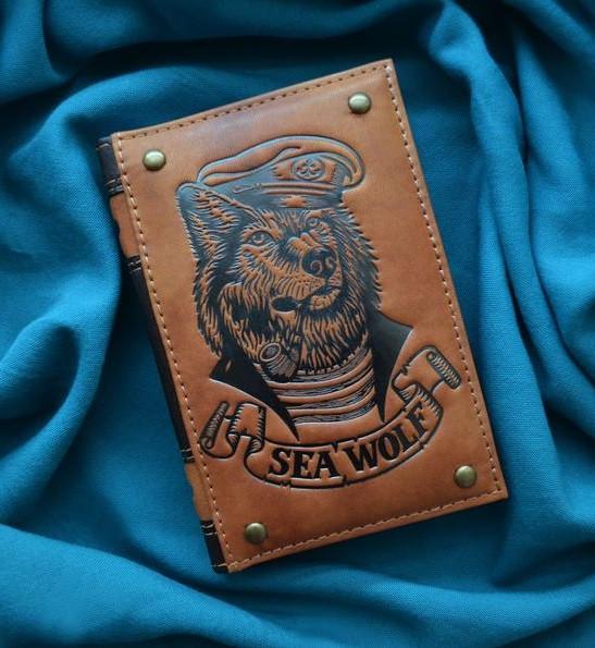 """Щоденник А6 формату в шкіряній обкладинці з тисненням ручної роботи блок зміну не датований """"Морський вовк"""""""
