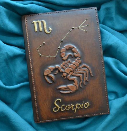 """Щоденник А5 формату в шкіряній обкладинці c художнім об'ємним тисненням ручної роботи """"Скорпіон"""""""