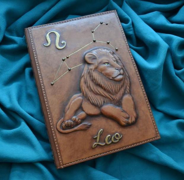 """Щоденник А5 формату в шкіряній обкладинці c художнім об'ємним тисненням ручної роботи """"Лев"""""""
