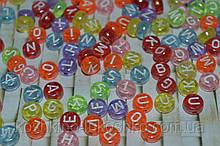 Бусина  карамельная с перламутровым отблеском и белыми буквами круглая. английский алфавит