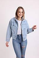 Джинссовая куртка з коміром і великими кишенями блакитного кольору