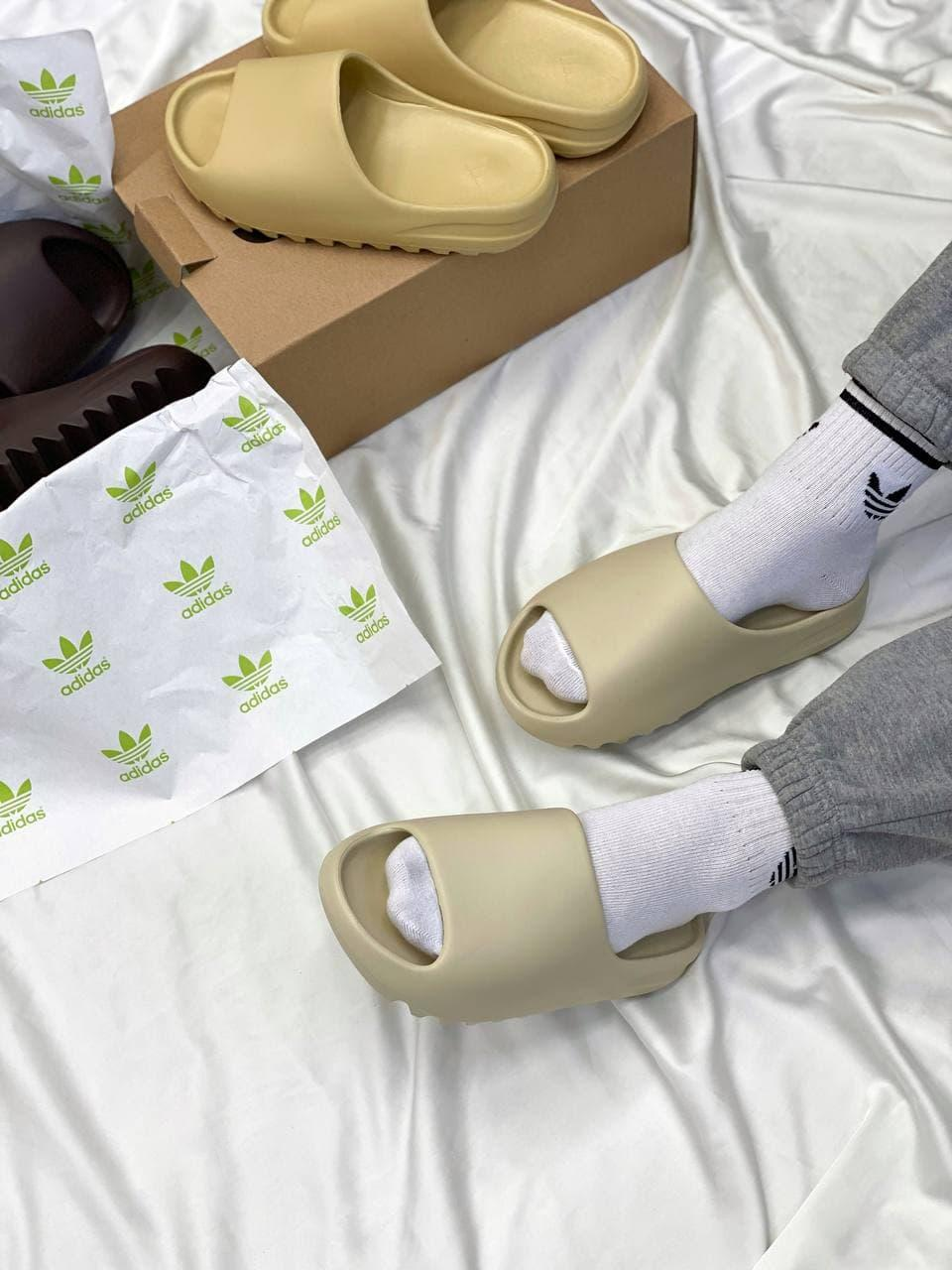 Женские шлепки Adidas Yeezy Slide Soot (бежевые) YE023 резиновые тапочки на лето