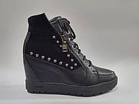 Женские зимние кожаные чёрные стильные сникерсы ботинки на танкетке
