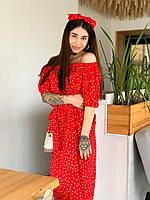 Женское красивое платье с открытыми плечами в горошек