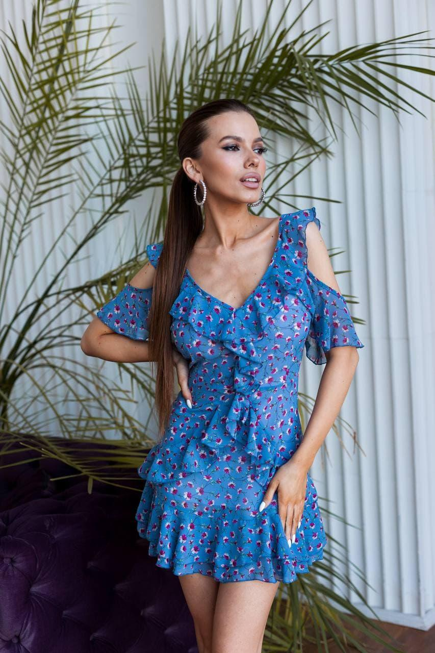 Летнее платье с открытой спиной и разрезами на плечах в цветочном принте с оборками (р. 42-44) 60py2253