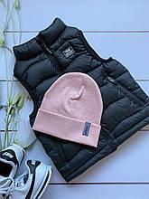 Трикотажная лёгкая демисезонная детская шапочка в рубчик для девочки.