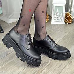Кожаные женские туфли на тракторной подошве. Цвет черный
