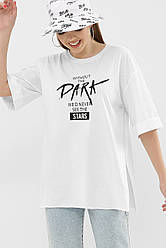 Біла жіноча футболка з розрізами і модним чорним принтом