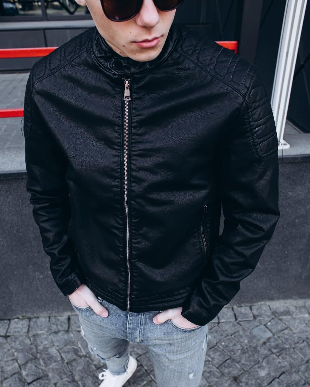 Чоловіча чорна куртка