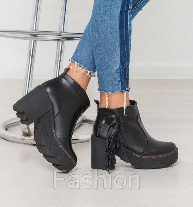 Чорні жіночі шкіряні черевики з бахромою