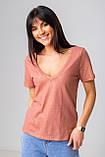 Базовая однотонная футболка с V-вырезом горловины с люрексовой нитью в 5 цветах в размерах S, M, L, XL., фото 4