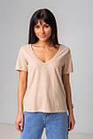 Базовая однотонная футболка с V-вырезом горловины с люрексовой нитью в 5 цветах в размерах S, M, L, XL., фото 3