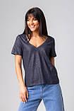 Базовая однотонная футболка с V-вырезом горловины с люрексовой нитью в 5 цветах в размерах S, M, L, XL., фото 5