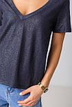 Базовая однотонная футболка с V-вырезом горловины с люрексовой нитью в 5 цветах в размерах S, M, L, XL., фото 6