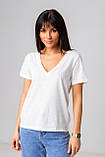 Базовая однотонная футболка с V-вырезом горловины с люрексовой нитью в 5 цветах в размерах S, M, L, XL., фото 8