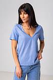 Базовая однотонная футболка с V-вырезом горловины с люрексовой нитью в 5 цветах в размерах S, M, L, XL., фото 10
