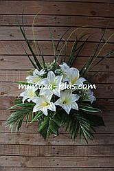 Искусственные цветы - Ритуальный букет лилия с папоротником, 45 см