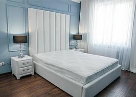 Двуспальная кровать с мягким изголовьем в виде вертикальных линий