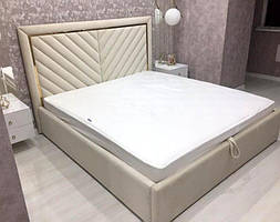 Двуспальная кровать с мягким изголовьем в виде косых линий