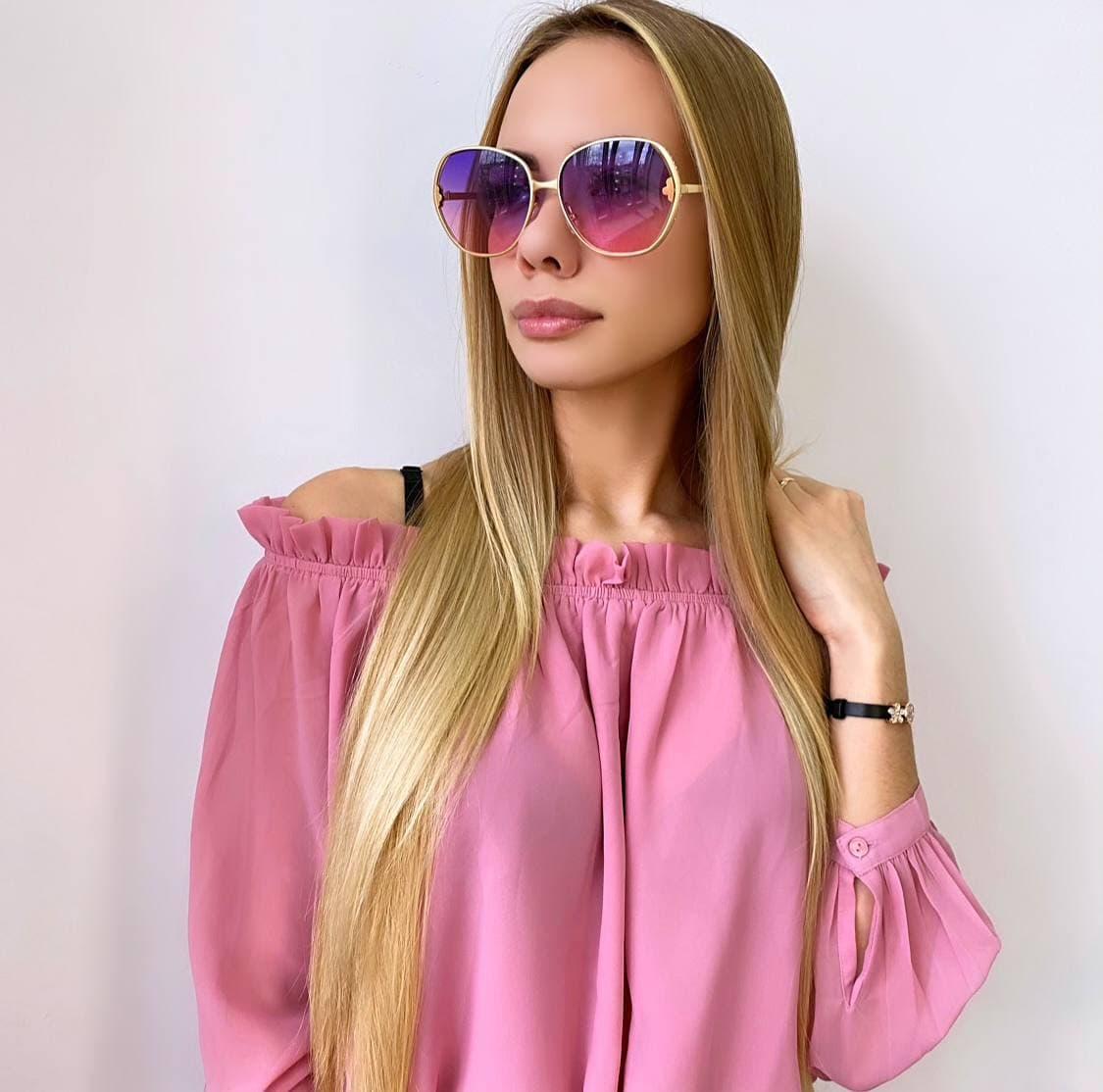 Рожеві жіночі кольорові сонцезахисні окуляри в золотій оправі