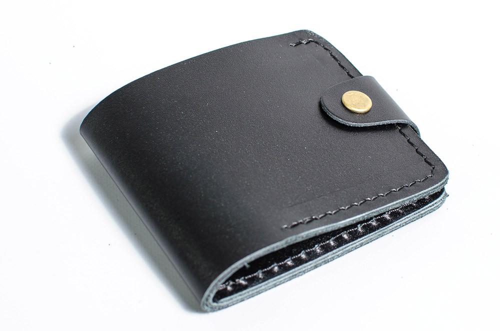 Гаманець з натуральної шкіри з кишенею для монет закривається на клапан з кнопкою